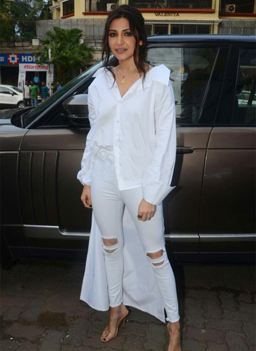 ef1bbf07fd8 Bollywood Actresses In Jeans   Shirt or T Shirts Outfits