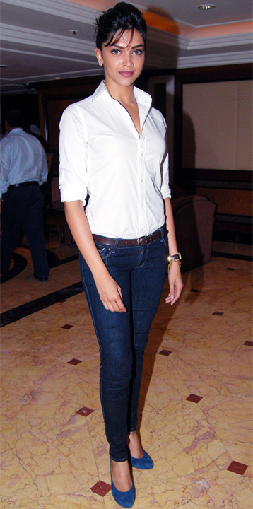 5840f4c7 Bollywood Actresses In Jeans & Shirt or T Shirts Outfits | Bewakoof Blog